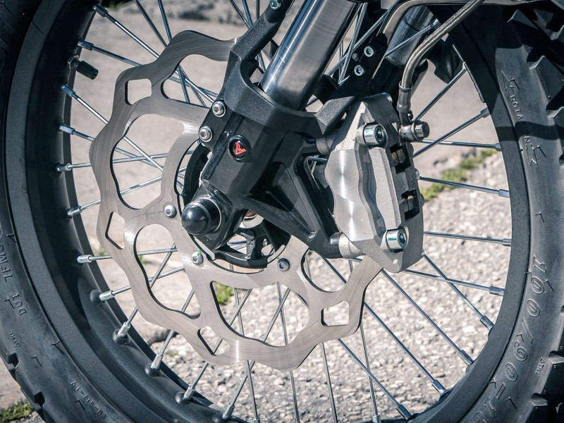 Quad piston combined braking system on large diameter discs give sharp and stable stopping power.