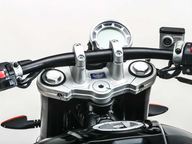 Billet aluminium head set with flat cafe bars underpin quality control components.